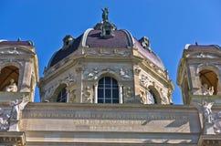 Arkitektoniska och konstnärliga detaljer av naturhistoriamuseumbyggnad på Maria Theresa kvadrerar i Wien Arkivfoton