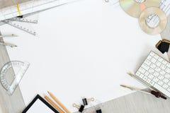 Arkitektoniska plan, blyertspenna och linjal på tabellen Ställe för din text royaltyfria bilder
