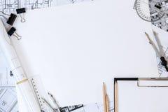 Arkitektoniska plan, blyertspenna och linjal på tabellen Ställe för din text royaltyfri fotografi