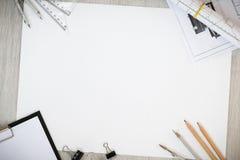 Arkitektoniska plan, blyertspenna och linjal på tabellen Ställe för din text arkivbild