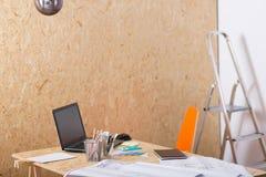 Arkitektoniska plan på skrivbordet Arkivfoton