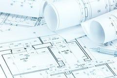 Arkitektoniska projektplan och blyertspenna på arkitektarbetsplatsen de Arkivfoton