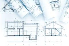 Arkitektoniska projektteckningar, rullar och husplan Royaltyfri Foto