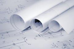 Arkitektoniska ritningar och gör en skiss av rullar royaltyfria bilder
