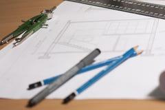 Arkitektoniska ritningar och ritningrullar och instrument för en teckning Arkivfoton