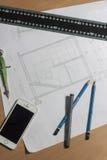 Arkitektoniska ritningar och ritningrullar och instrument för en teckning Arkivbilder