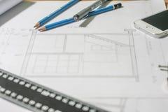 Arkitektoniska ritningar och ritningrullar och instrument för en teckning Royaltyfri Bild