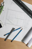 Arkitektoniska ritningar och ritningrullar och instrument för en teckning Arkivfoto