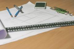 Arkitektoniska ritningar och ritningrullar och instrument för en teckning Royaltyfria Foton