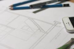 Arkitektoniska ritningar och ritningrullar och instrument för en teckning Royaltyfri Fotografi