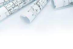 Arkitektoniska ritningrullar och tekniska teckningar på vit Royaltyfri Fotografi