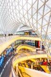 Arkitektoniska särdrag av den MyZeil shoppinggallerian i Frankfurt Arkivbild