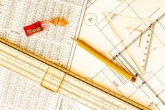 Arkitektoniska teckningar, hjälpmedel för att skissa på tabellen royaltyfri bild