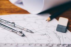 Arkitektoniska teckningar Arkitektoniska rullar och instrument för en teckning på worktablen Teckningskompass, plan Arkivbild