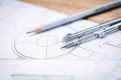 Arkitektoniska teckningar Arkitektoniska rullar och instrument för en teckning på worktablen Teckningskompass, plan Royaltyfria Foton