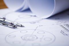 Arkitektoniska teckningar Arkitektoniska rullar och instrument för en teckning på worktablen Teckningskompass, plan Royaltyfri Fotografi
