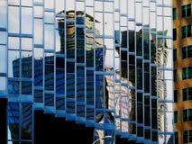 Arkitektoniskt abstrakt begrepp av Glass det i stadens centrum kontorstornet Royaltyfri Foto