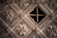 arkitektoniskt byggnadsdetaljtak Dekorativ gammal trädörr för del med prydnaden Arkivfoto