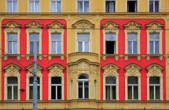 arkitektoniskt byggnadsdetaljtak gammalt facadehus Arkivfoton
