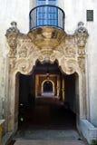 Arkitektoniskt fragment av byggnaden med ett galleri Royaltyfri Foto