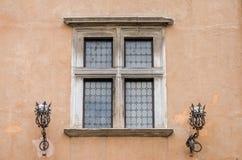 Arkitektoniskt gammalt retro tappningfönster i huset med metalllyktor för osveschaniyagator i huvudstaden av Italien, Rome Royaltyfria Foton