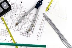 Arkitektoniskt projekt, par av passare, linjaler och räknemaskin Royaltyfri Fotografi