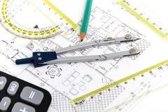 Arkitektoniskt projekt, par av passare, linjaler och räknemaskin arkivfoton