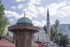 Arkitektoniskt slut upp av taket av den Sebilj springbrunnen och modqueminaret Arkivfoto