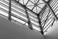 Arkitektoniskt taklägga abstrakt begrepp i svartvitt Arkivbild