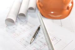 Arkitektplan projekterar teckningen, och pennan med ritningar rullar arkivbild