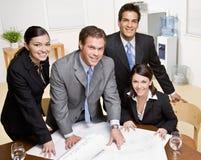 arkitektritningen co förklarar till arbetare Royaltyfri Bild