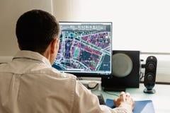 Arkitektteckning med CAD-programvara som planlägger byggnad royaltyfri fotografi