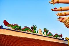 Arkitektur av Asien Orientaliska Dragon Sculpture In Buddhist Temp Royaltyfria Bilder