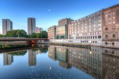 Arkitektur av Berlin reflekterade i festfloden Royaltyfri Fotografi