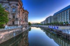 Arkitektur av Berlin reflekterade i festfloden Fotografering för Bildbyråer