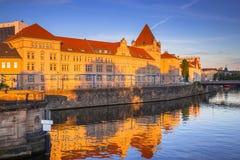 Arkitektur av Berlin reflekterade i festfloden Arkivfoto