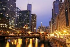 Arkitektur av Chicago längs Chicago River Royaltyfri Bild