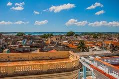 Arkitektur av Cienfuegos, Kuba Bästa sikt av den kubanska staden och fjärden royaltyfri bild