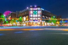 Arkitektur av det Minato Mirai 21 området i Yokohama på natten Royaltyfri Fotografi