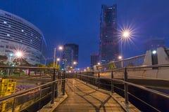 Arkitektur av det Minato Mirai 21 området i Yokohama på natten Royaltyfri Foto