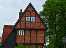 Arkitektur av Europa Gammalt hus av r?d tegelsten århundrade för th 17 Herford germany royaltyfri foto