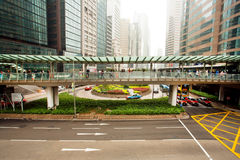 Arkitektur av exponeringsglas och betong i en enorm stad med bilar av Hong Kong Fotografering för Bildbyråer