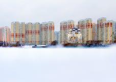 Arkitektur av Moscow cityscape moscow En gammal kyrka på modern byggnadsbakgrund Arkivbild