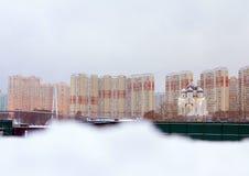 Arkitektur av Moscow cityscape moscow En gammal kyrka på modern byggnadsbakgrund Royaltyfria Foton
