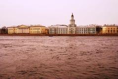 Arkitektur av St Petersburg, Ryssland Akademi av konster och det Kunstcamera museet Arkivfoto