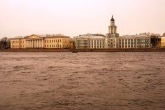 Arkitektur av St Petersburg, Ryssland Akademi av konster och det Kunstcamera museet Royaltyfria Foton