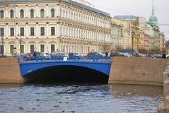 Arkitektur av St Petersburg, Ryssland blå bro Royaltyfria Bilder