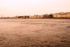 Arkitektur av St Petersburg, Ryssland Den Neva floden Arkivfoto