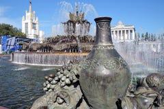 Arkitektur av VDNKH parkerar i Moskva Stenblommaspringbrunn Arkivbild