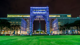 Arkitektur för rostfritt stålbyggnadsbåge på natten Royaltyfri Fotografi